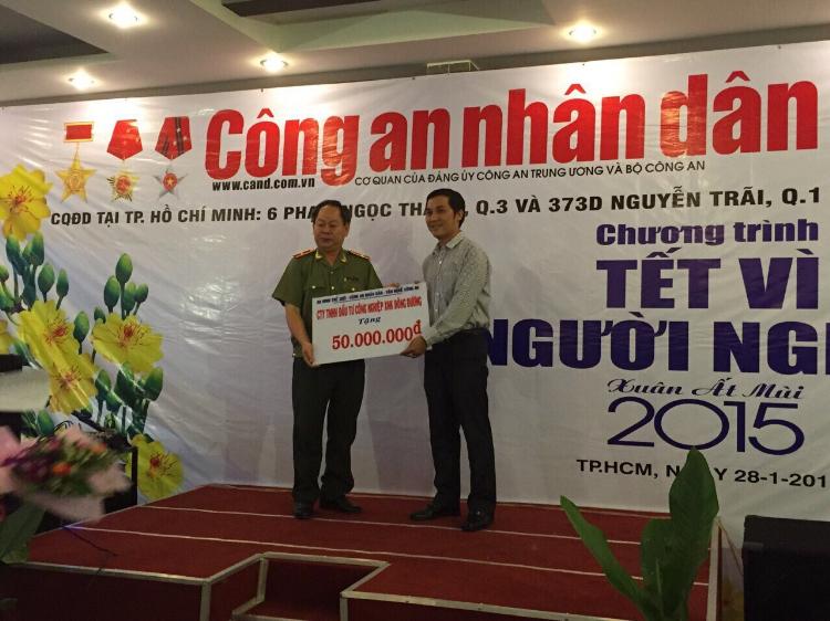 Đại diện ban lãnh đạo Công ty cổ phần Đầu Tư Công Nghiệp XNK Đông Dương thăm và tặng quà ủng hộ chương trình Tết vì người nghèo xuân Ất Mùi 2015 tại Cơ quan đảng ủy báo Công An Nhân Dân